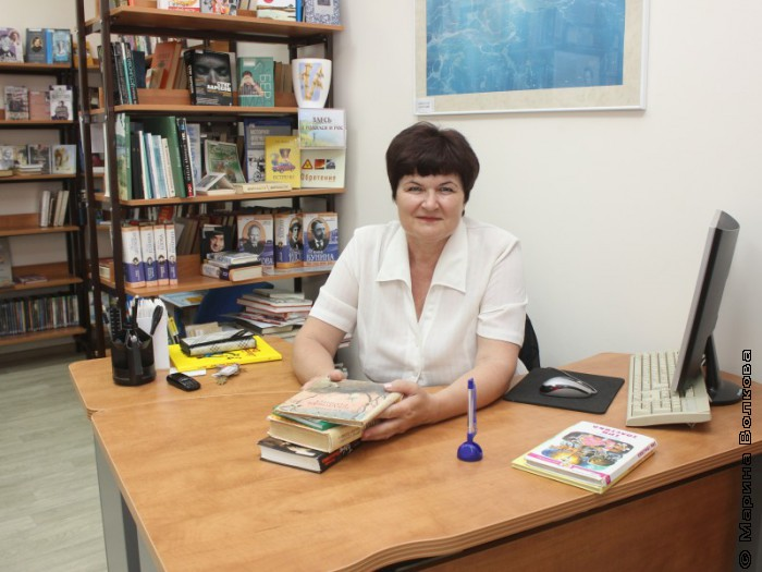 Валентина Тарасенко на рабочем месте в библиотеке еврейского детского сада