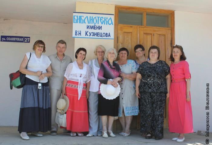 У библиотеки имени В.Н.Кузнецова, село Каратабан