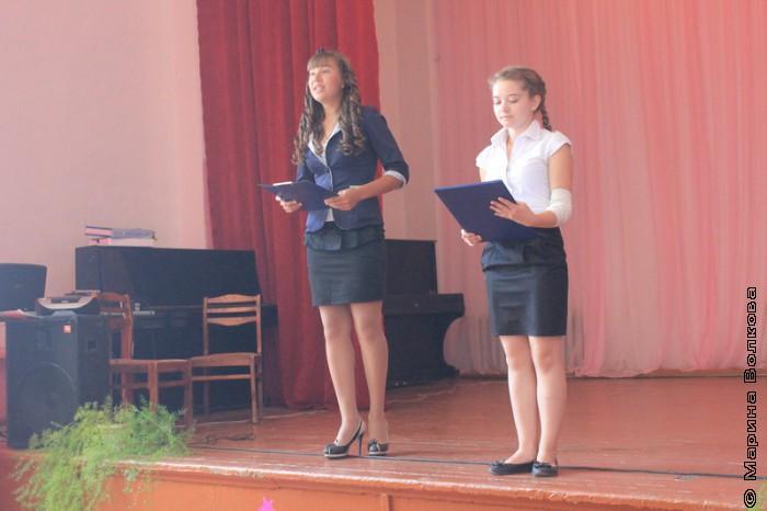 Ученицы каратабанской школы читают стихотворение Василия Кузнецова