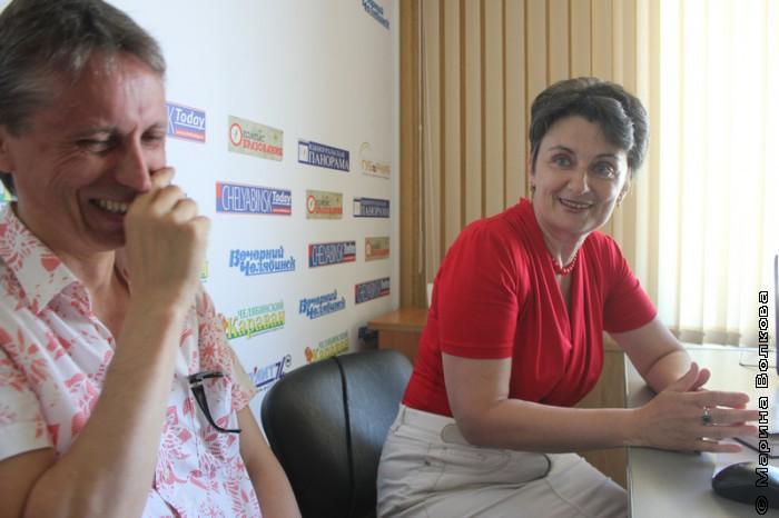 Михаил Придворов смеется над рассказом Ирины Аргутиной