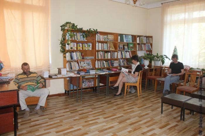 Сергей Поляков, Ирина Аргутина, Михаил Придворов изучают книги кизильских авторов