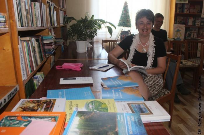 Ирина Аргутина и Сергей Поляков изучают книги кизильских авторов