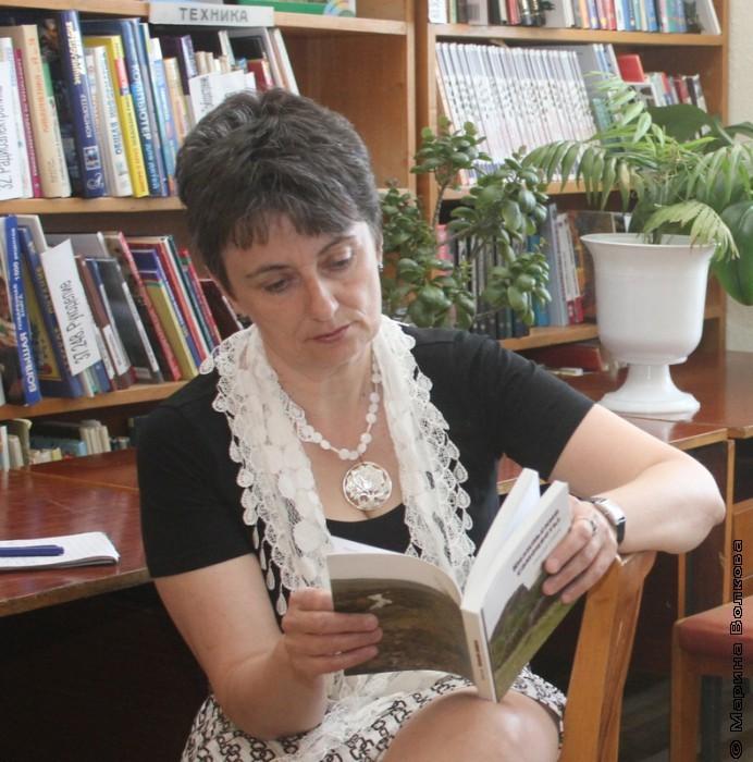 Ирина Аргутина изучает книги кизильских авторов