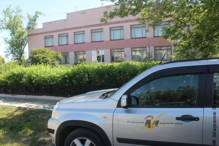 Машина автопробега у здания библиотеки, Кизильское