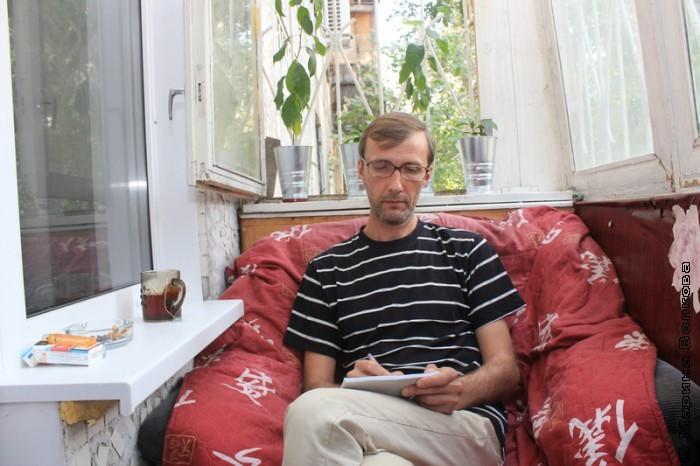 Янис Грантс работает на балконе
