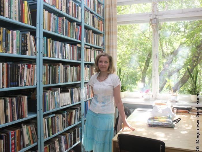 Светлая библиотека со светлыми людьми