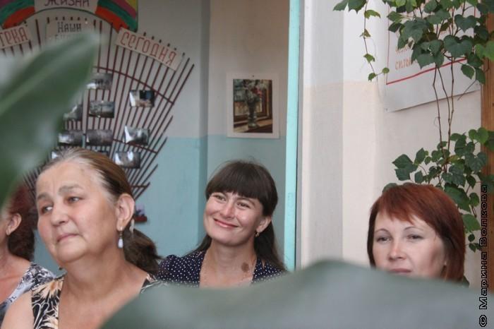 Динара (в центре) слушает стихи