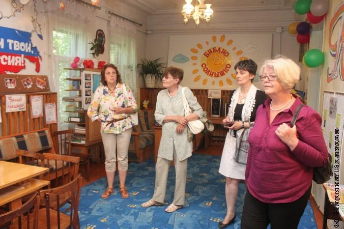 Сания Урдабаева проводит экскурсию по библиотеке