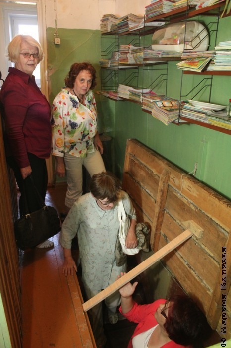 Спуск в подвал детской библиотеки