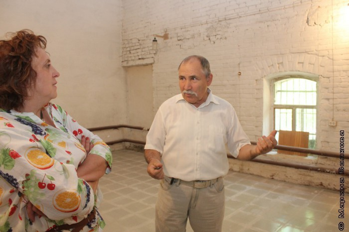 Сергей Кокорин показывает Людмиле Богдановской помещение под типографию