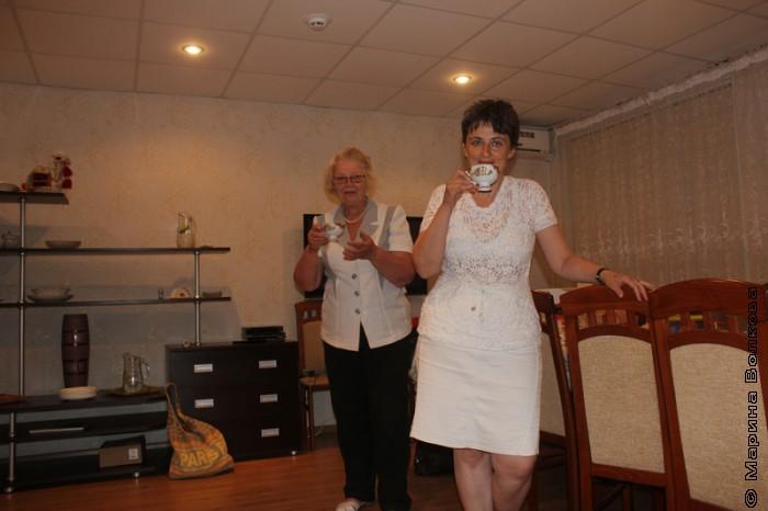 Наталья Шмидт и Ирина Аргутина пьют парное молоко