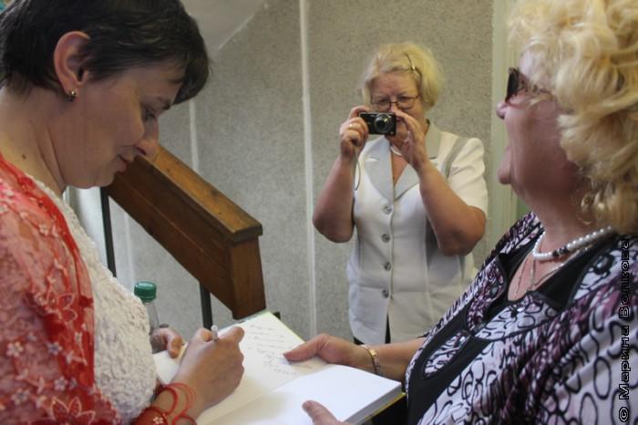 Ирина Аргутина раздает автографы