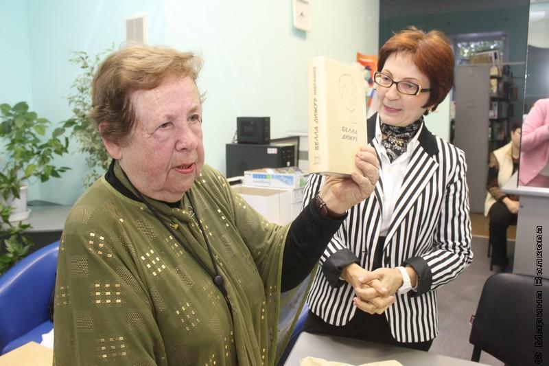 Надежда Анатольевна показывает книги Дижур в Челябинске, на форуме Чтение на Евразийском перекрестке