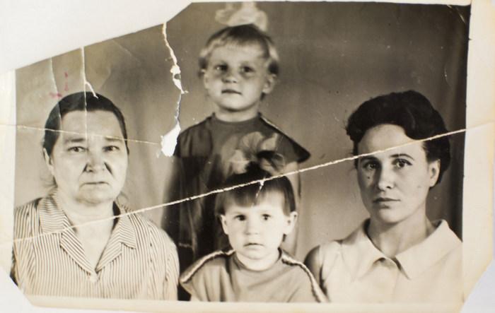 Мама Анна со мной и внучками 1968 г.
