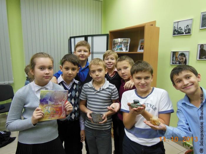 После мероприятия дети не только разглядывают книгу, но и с удовольствием щупают уральские самоцветы
