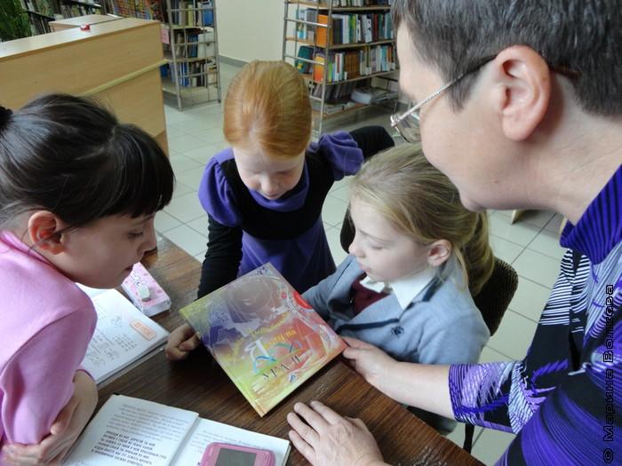 Дети знакомятся с новой книгой Р. Дышаленковой Я живу на Урале