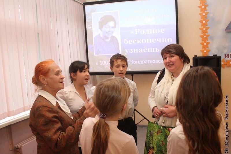Художник Светлана Никонюк принимает музыкальные поздравления