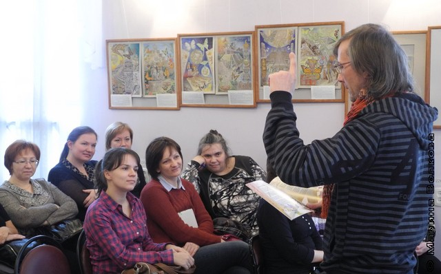 Елена Квашнина в первом ряду, в центре
