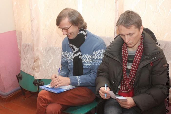 Перед праздником Янис Грантс и Михаил Придворов подписывают закладки и открытки для подарков детям
