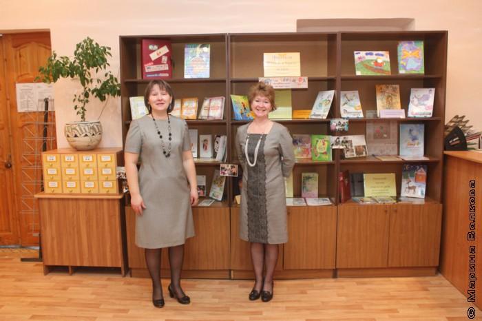 Библиотекари 96-й у выставки книг челябинских авторов