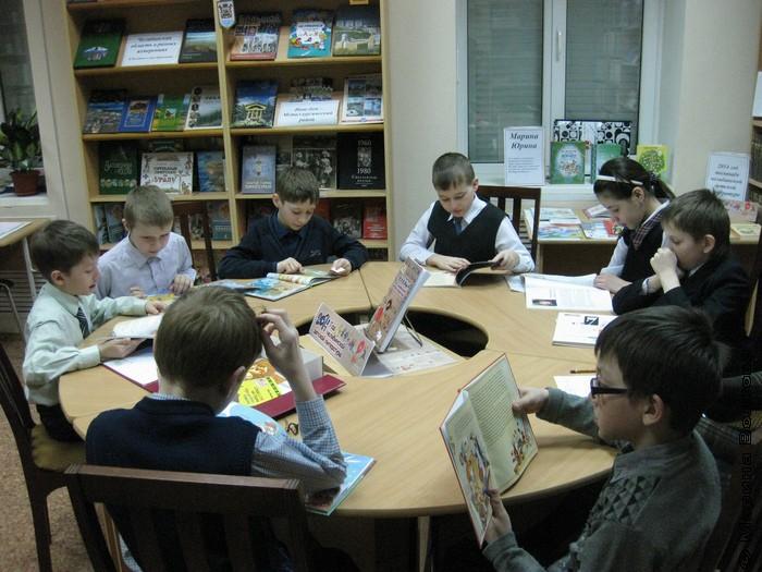 Ребята читают книги из волшебного сундучка