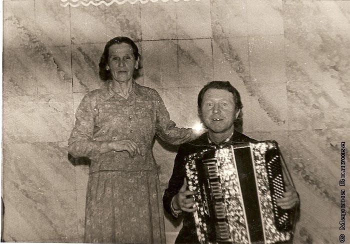Масленникова (Широкова ) Прасковья Ипатовна с баянистом перед выступлением