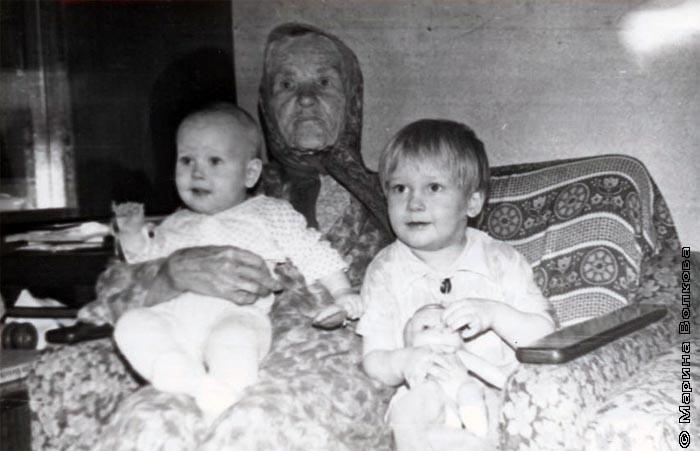 Александра Васильевна(Высоких) с правнуками - Леной и Павлом
