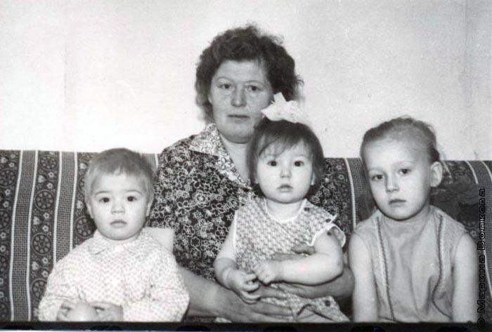 Зоя Ильинична с внуками - Светой, Леной, Андреем