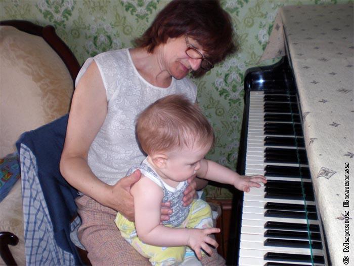 Бабушка с внуком Степой за роялем