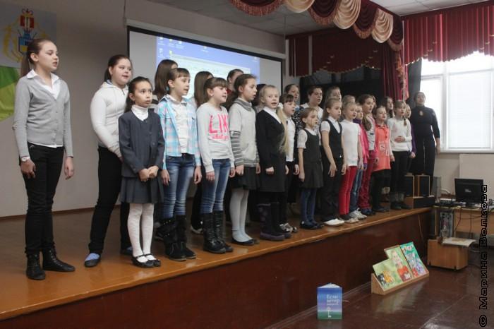 Хор 44-ой школы поет для нас песню о Родине