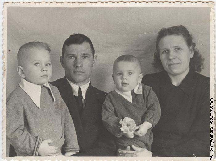 Василий Иванович и Анна Анисимовна Рубан с детьми