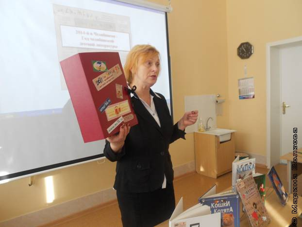 Н.П. Кузьмина рассказывает о книжном чемоданчике учащимся 4-х классов.