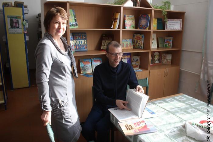 Ольга Лукина, зав.филиалом № 12, и Янис Грантс, поэт