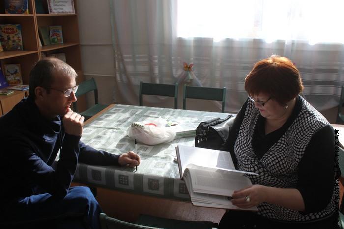 Янис Грантс и Елена Сыч в библиотеке поселка Бажово