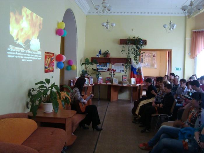 выступает  Трофимчук Анна Александровна (педагог ДШИ № 5 - вокал под гитару) Нам нужна одна победа!