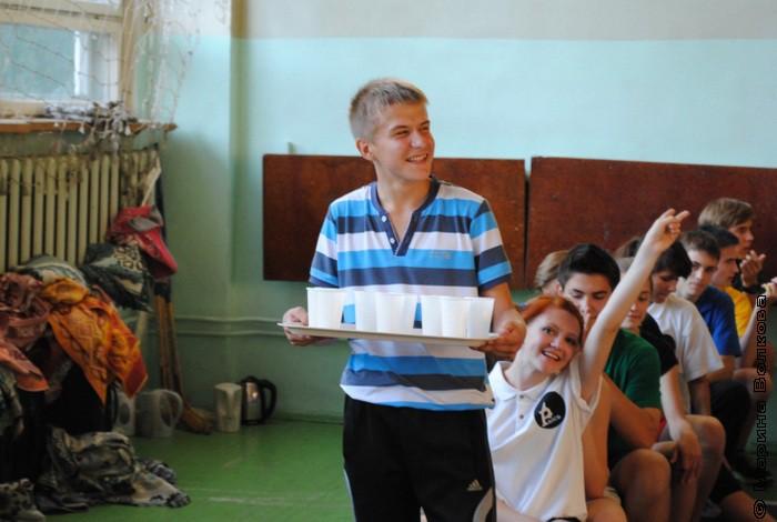 Поднос со стаканами у Жени Фокина, а сразу за ним та самая Катя Потапенко