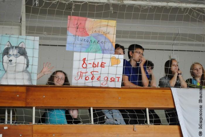 Болельщики на «Весёлых стартах», всех приветствует Настя Васькина.