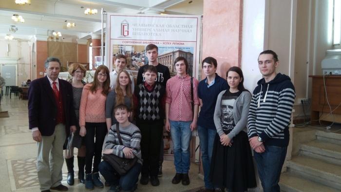 На выставке живописи – перед встречей с молодыми поэтами