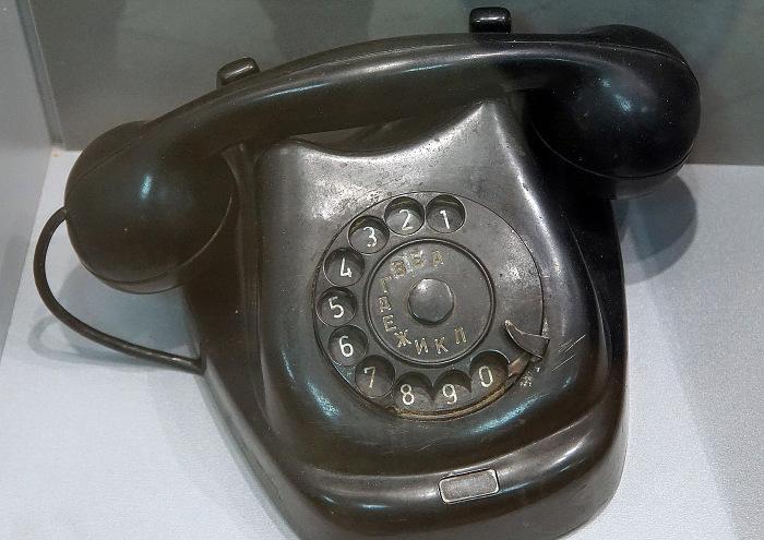 Тут зазвонил телефон