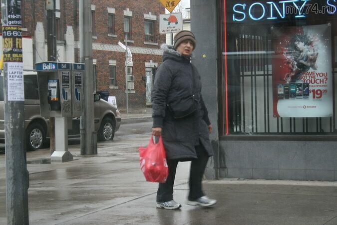 Женщина идет по улице Торонто