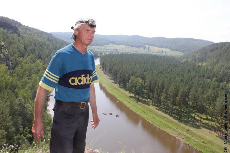 Владимир Юрин на скале над рекой Ай
