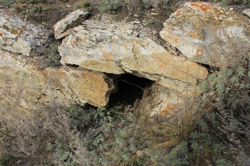 Вход в пещеру или случайное нагромождение камней?