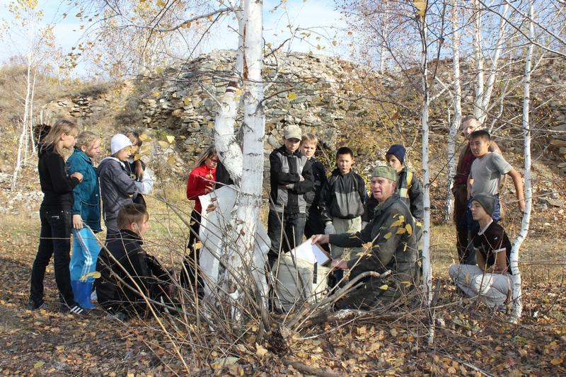 Владимир Юрин рассказывает детям о своих находках