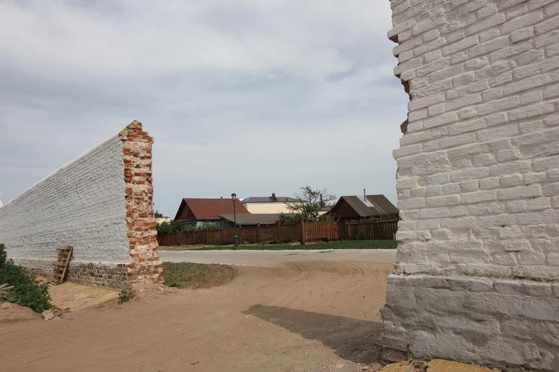 Свияжск сквозь дыру в крепостной стене