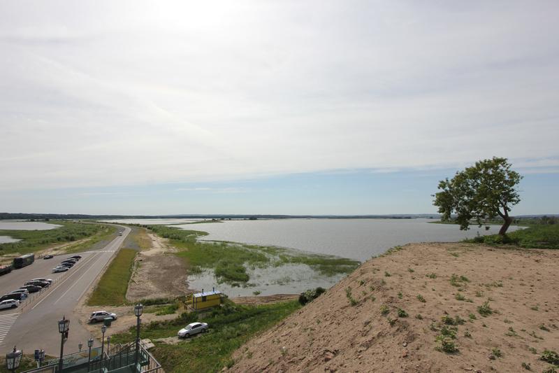 Вид на дамбу, соединяющую Свияжск  с берегом