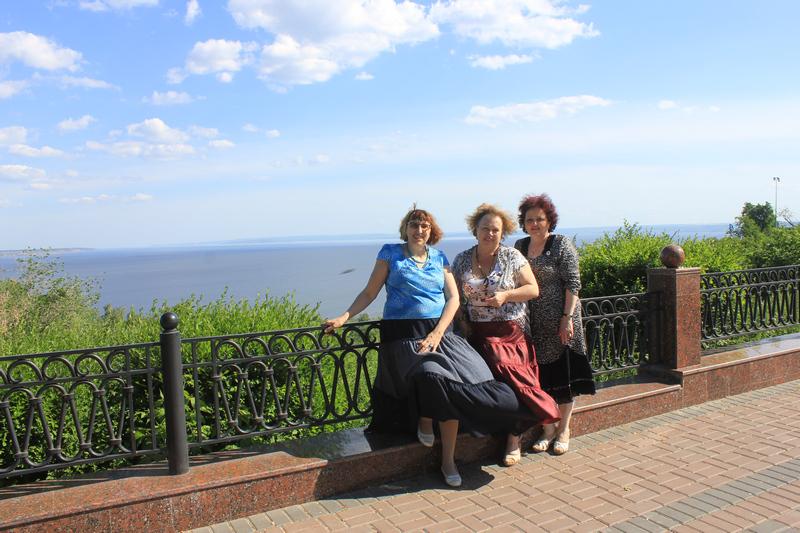 Марина Волкова, Нина Барсукова и Елена Раннева на набережной Волги в Ульяновске