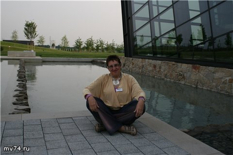 Марина Волкова у здания АМАДА, Наан, Германия