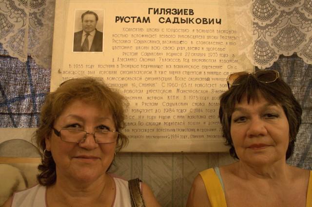 Сестры Гилязиевы у стенда, посвященного их дяде