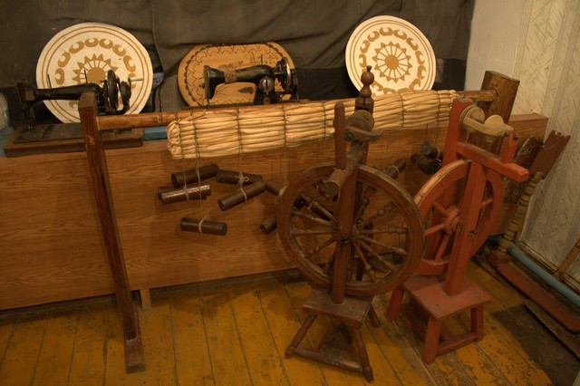 Швейные машинки, прялки и станок для плетения циновок