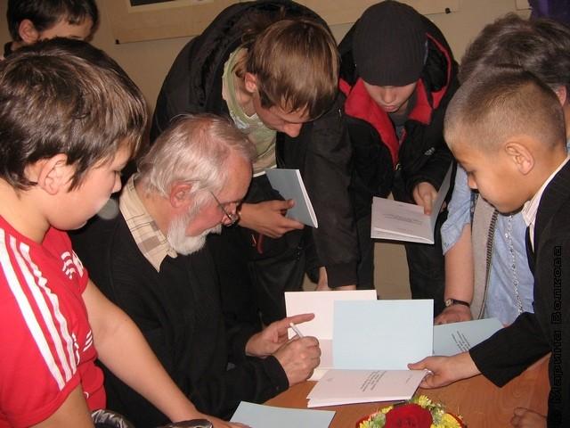 Владлен Феркель раздаёт автографы и книги